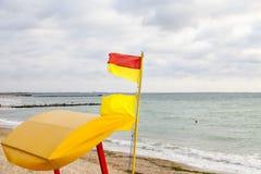 Marquez rouge-jaune des maître nageurs sur la côte de la Mer Noire Images stock