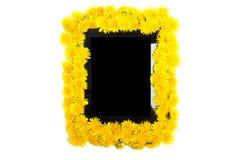 Marquez sur tablette et jaunissez la fleur de pissenlit sur le fond blanc Photo stock