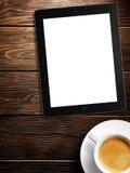Marquez sur tablette l'écran blanc semblable à l'affichage et au café d'ipad Photo stock