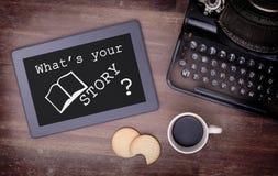 Marquez sur tablette l'instrument d'ordinateur de contact sur la table en bois, ce qui est votre histoire Images stock