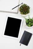 Marquez sur tablette la maquette et les fournitures de bureau sur le fond de table blanc Photo libre de droits