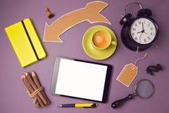 Marquez sur tablette le faux calibre haut avec la tasse de café et les objets créatifs Conception créative de bannière de site We Photographie stock