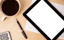 Marquez sur tablette le PC avec l'espace vide et une tasse de café sur un bureau Photos stock
