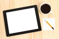 Marquez sur tablette le PC, la tasse de café et le papier Photographie stock