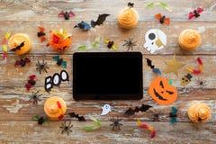 Marquez sur tablette le PC, les décorations de partie de Halloween et les festins Image libre de droits