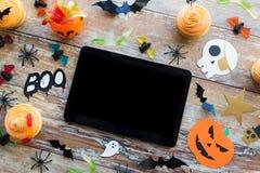 Marquez sur tablette le PC, les décorations de partie de Halloween et les festins Photos stock