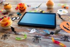 Marquez sur tablette le PC, les décorations de partie de Halloween et les festins Images stock