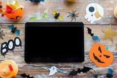 Marquez sur tablette le PC, les décorations de partie de Halloween et les festins Images libres de droits