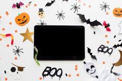 Marquez sur tablette le PC, les décorations de partie de Halloween et les sucreries Images libres de droits