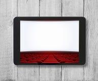 Marquez sur tablette le PC sur la table en bois avec l'écran de cinéma montré Image stock