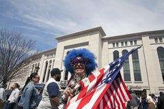 Marquez tenir la fan de Lenny Love et de Yankee sur le Yankee Sta de journée 'portes ouvertes' Photo stock