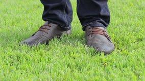 Marrón de las botas en hierba verde almacen de video