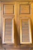 Marrón de oro de la ventana vieja Fotos de archivo libres de regalías