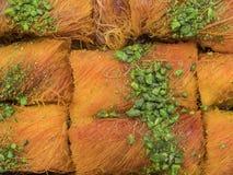 Marrón de oro del día de fiesta del baklauh árabe del postre con los pistachos imágenes de archivo libres de regalías