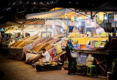 MARRAKECH, МАРОККО, ИЮНЬ 2016: бакалеи женщины shoping в o Стоковые Фотографии RF