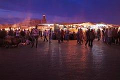 MARRAKECH - LE MAROC, LE 22 OCTOBRE 2013 : L'EL Fna de Jamaa est à angle droit Photographie stock