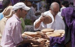 MARRAKECH MAROCKO SEPT 15TH: En upptagen brödstall på marknadsnollan arkivbilder