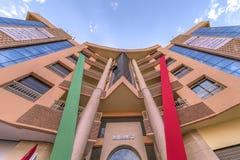 Marrakech-Marocko-September 2016 närbild av en modern flerbostadshusnybygge i färgrosa färg-röd-gräsplanen med trevliga linjer, arkivbilder