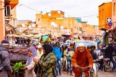 MARRAKECH NOVEMBER 10 2018: Folkmassa av folk på en gammal marknad i det medina området i Marrakech royaltyfri foto