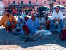 Marrakesch, Marokko - Charmeure in EL-fnaa quadrieren lizenzfreie stockfotografie
