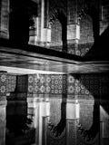 Marrakesch, MAROKKO - 10. Februar 2012 - Hof Carvings wässern Reflexionen in Ben Youssef Madrasa Stockfotografie