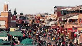MARRAKESCH, MAROKKO - 7. Januar 2016: Jamaa EL Fna, Jemaa EL-Fnaa, Djema EL-Fna oder Djemaa EL-Fnaa, Quadrat und Markt stock footage