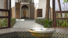 MARRAKESCH, MAROKKO - 20. JANUAR: Traditioneller arabischer Entwurf der marokkanischen Architektur - Rich Riyad Dar Si Said-Mosai stock video footage