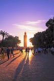 MARRAKESH, МАРОККО - квадрат Jemaa el Fna перед мечетью Koutoubia на заходе солнца Стоковые Фото