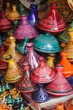 Marrakesh: цветастый выбор tajines, традиционного бака и тарелки Стоковое Изображение