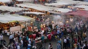 Marrakesh, Marocco - 20 aprile di 2014: Vista principale del quadrato di EL Fna di Djemaa, un posto riconosciuto dall'Unesco Fotografia Stock