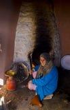 Marrakesh, Marocco - gennaio 7,2017: Donna anziana che cucina sulla sua casa Fotografia Stock Libera da Diritti
