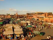 Marrakesh Marocco - la gente nel quadrato EL-Fnaa fotografia stock