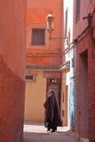 MARRAKESH MAROCKO - APRIL 20, 2013: En gränd inom Marrakesh Medina royaltyfria bilder