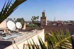 Marrakesh Marocko medina med moskén och palmbladet arkivfoto