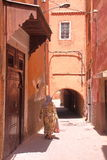 MARRAKESH, MAROKO: Aleja wśrodku Marrakesh Medina zdjęcie royalty free