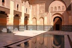 MARRAKESH, MAROKO: Podwórze Medersa Ben Youssef zdjęcie royalty free