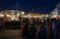 Marrakesh Maroko, Wrzesień, - 05 2013: Jedzenie stojaki z dymem i światłem na sławnym Jamaa el Fna obciosują w wieczór Obrazy Stock