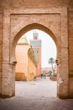 Marrakesh moské som ses från den gamla stadväggporten Arkivfoton