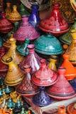 Marrakesh: selezione variopinta dei tajines, del vaso tradizionale e del piatto immagine stock