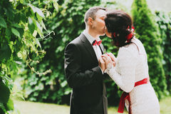 Married couple kissing in garden Stock Photography