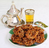 marrocos Chá da hortelã e biscoitos típicos da ramadã Fotografia de Stock Royalty Free