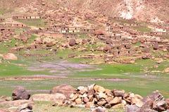 MARROCOS: Sheepfold perto do pico de Sirwa nas montanhas de atlas com arquitetura do Berber Fotos de Stock Royalty Free