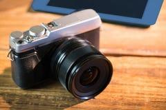 Marrom bonito um smartphone seguinte formado da câmera Foto de Stock Royalty Free