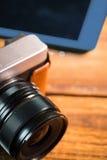 Marrom bonito um smartphone seguinte formado da câmera Imagem de Stock