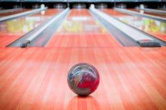 Marrom da bola na pista de bowling. Fotografia de Stock