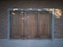 Marrom de madeira da janela do vintage para casas imagem de stock royalty free