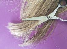 Marrone del fondo di forbici dei capelli, parrucca, lavoro di parrucchiere Fotografie Stock