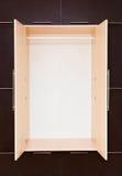 marrone e beige Guardaroba di legno moderno apertamente Immagini Stock Libere da Diritti