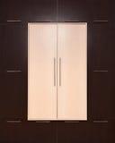 marrone e beige Guardaroba di legno moderno chiuso fotografia stock