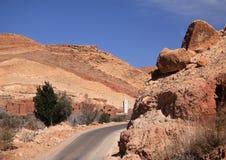 Marruecos, Marrakesh, camino estrecho, altas montañas de atlas fotos de archivo